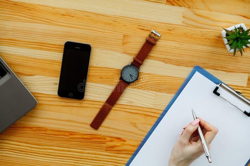 Mélange de bureau sur une table en bois de bureau photographie stock