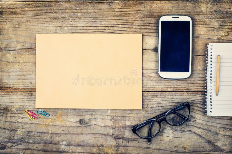 Mélange de bureau sur une table en bois de bureau images libres de droits