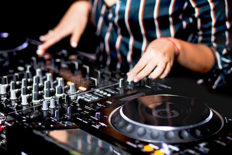 Mélange de contrôle audio du DJ de partie femelle de tir de jeune fille Mains de mélange saines de haute qualité de jockey de dis photo stock