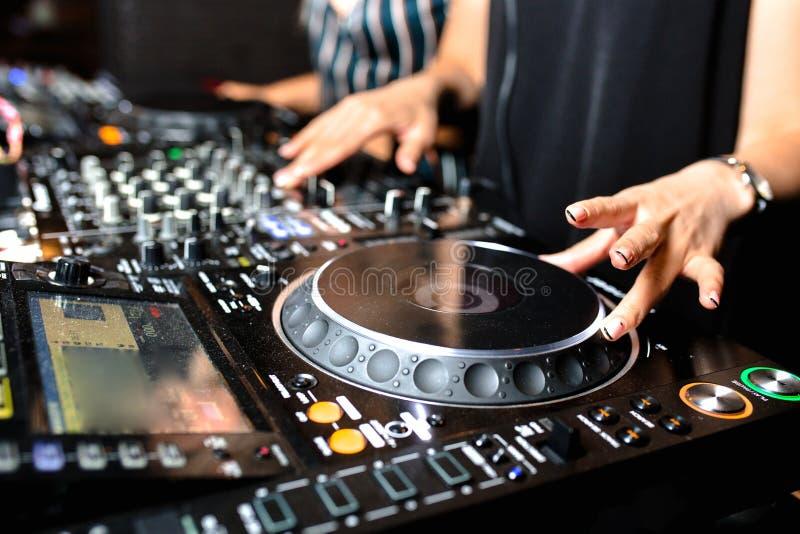 Mélange de contrôle audio du DJ de partie femelle de tir de jeune fille Mains de mélange saines de haute qualité de jockey de dis photo libre de droits