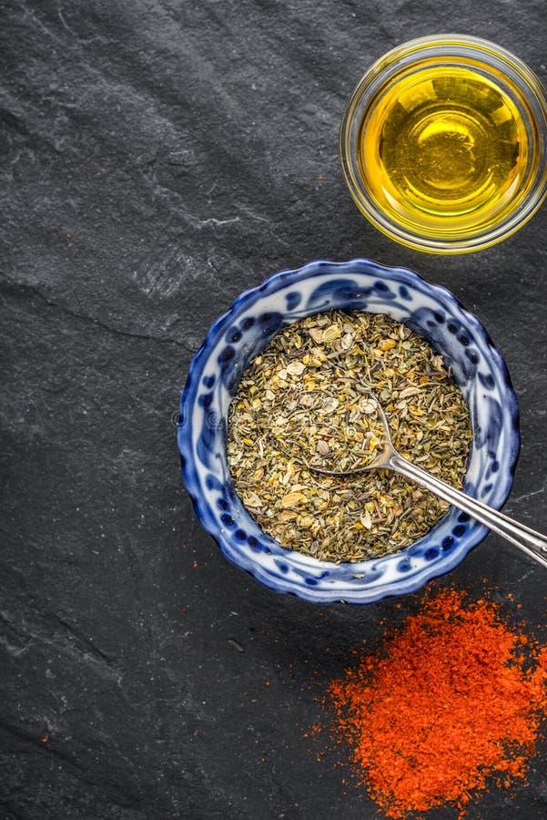 Mélange des épices, piments, huile d'olive sur une ardoise noire photos libres de droits