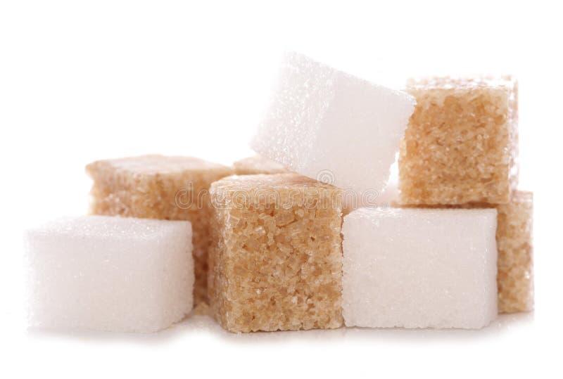 Mélange des cubes en sucre brun et blanc image stock
