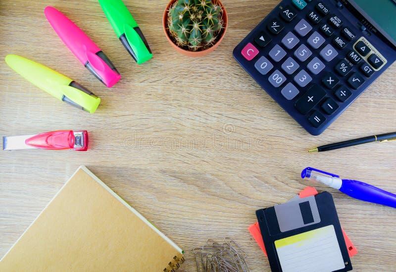 Mélange des fournitures de bureau sur un fond en bois de table image libre de droits