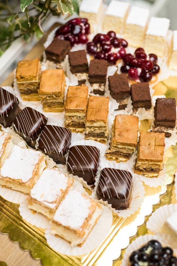 Mélange des gâteaux faits par maison photographie stock