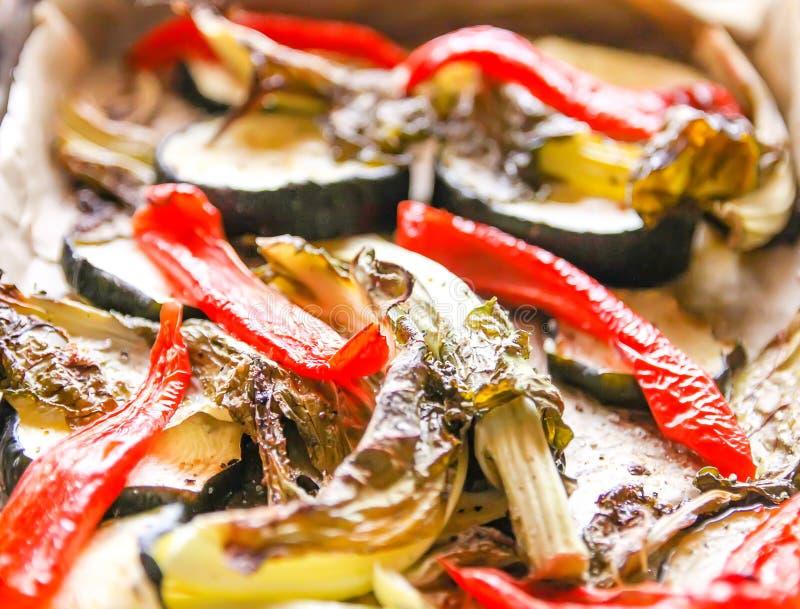 Mélange des légumes cuits au four Feuilles rouges de paprika, de courgette et de chou-fleur Nourriture végétarienne image stock