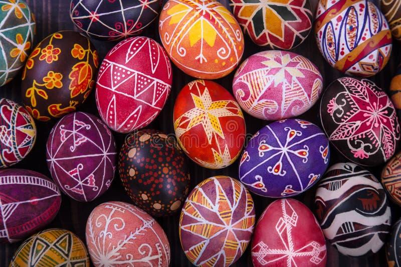 Mélange des oeufs de pâques avec les conceptions traditionnelles photos libres de droits