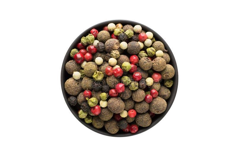 Mélange des poivrons chauds, rouges, noirs, blancs et du poivron vert dans la cuvette d'argile d'isolement sur le fond blanc Vue  image stock