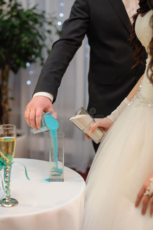 Mélange des sables à la cérémonie de mariage photos libres de droits