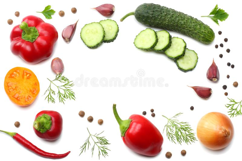 mélange du concombre coupé en tranches, de l'ail, du paprika doux et du persil d'isolement sur le fond blanc Vue supérieure images libres de droits