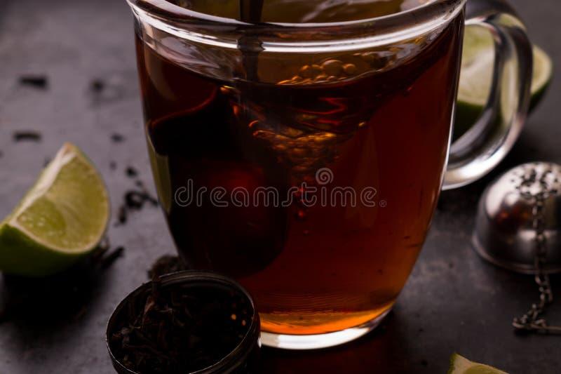 Mélange du thé pendant le procédé de brassage photographie stock