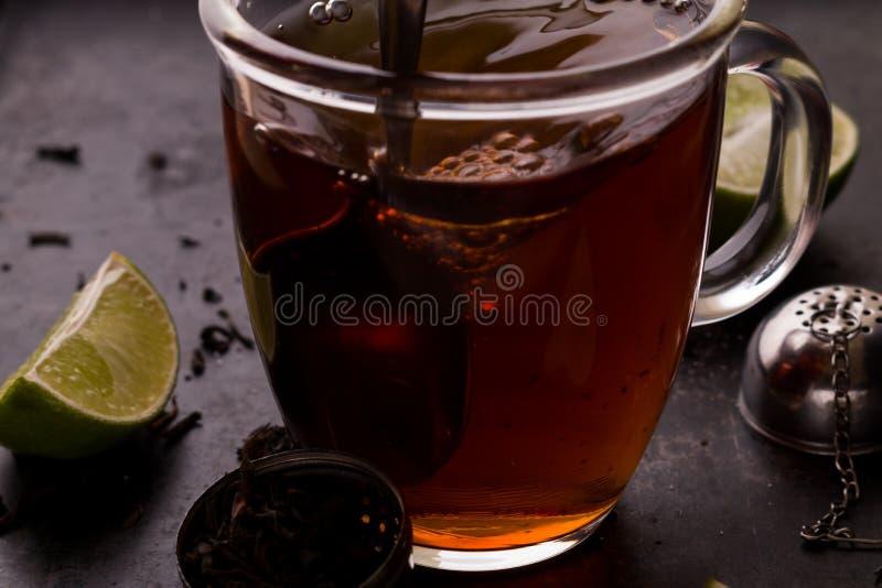 Mélange du thé pendant le procédé de brassage photos stock