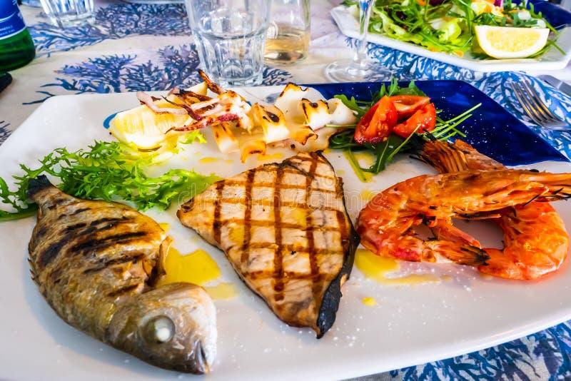 Mélange grillé de poissons avec le calmar et les espadons rouges de crevette rose photographie stock libre de droits