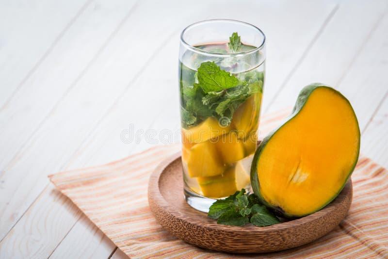 Mélange infusé de l'eau de feuille de mangue et de menthe photo libre de droits