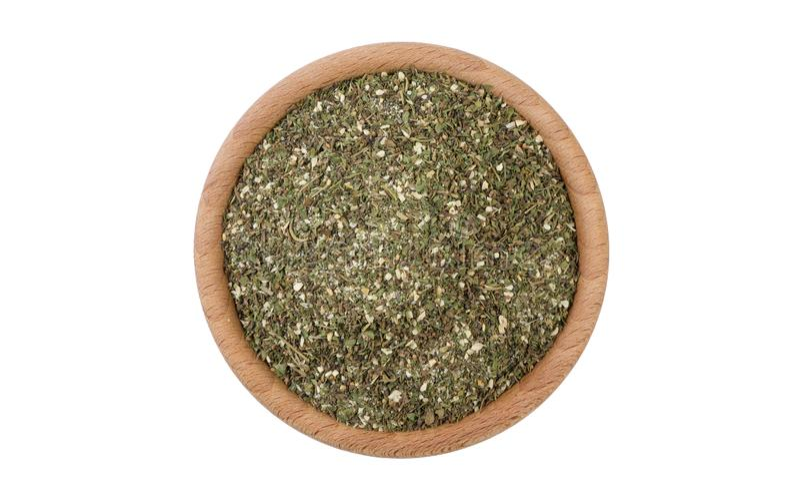 Mélange savoureux vert ou Chubritsa dans la cuvette en bois d'isolement sur le fond blanc Épices et ingrédients de nourriture photographie stock libre de droits