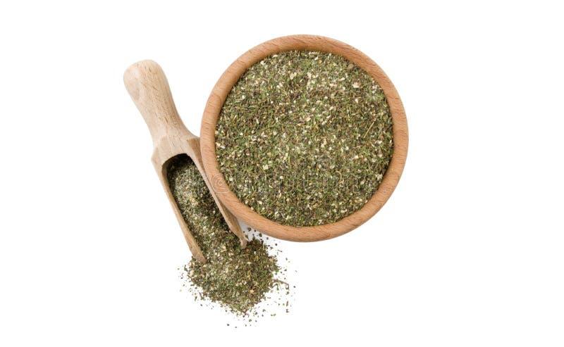 Mélange savoureux vert ou Chubritsa dans la cuvette en bois et le scoop d'isolement sur le fond blanc Vue supérieure Épices et in photo stock
