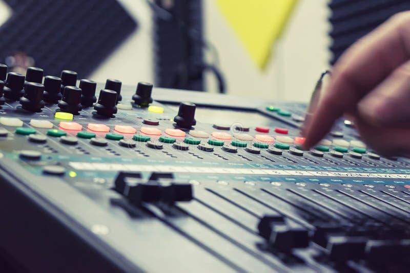 Mélangeur au studio d'enregistrement image libre de droits