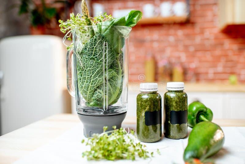 Mélangeur avec les vegetabes crus verts photo libre de droits