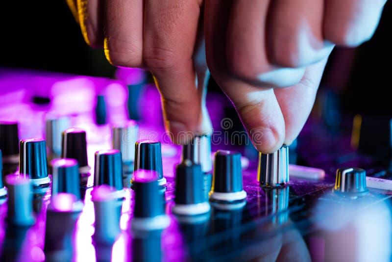 Mélangeur de console de plaque tournante du DJ commandant avec deux image stock