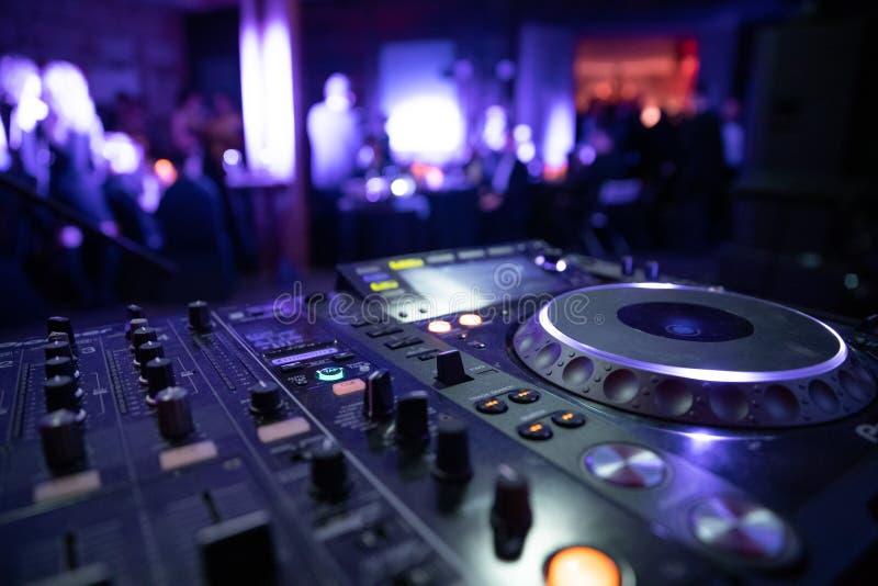 Mélangeur de console du DJ à une boîte de nuit La disco, banquet, danse de fond brouillée par gens photos libres de droits