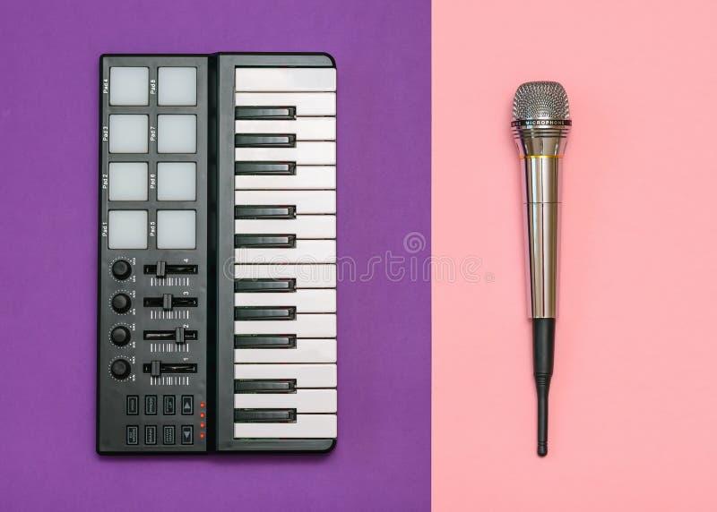 Mélangeur de musique électronique et microphone de radio sur le fond à deux tons Équipement pour le studio de musique La vue à pa photographie stock libre de droits