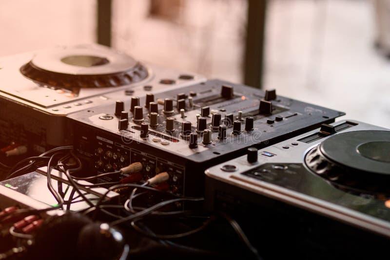 Mélangeur et plaque tournante du DJ images libres de droits