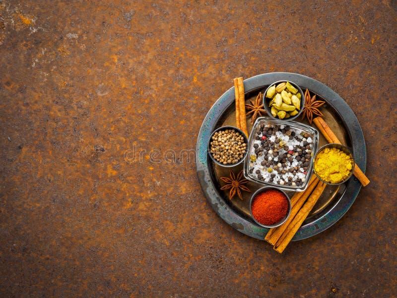 Mélangez les épices sur une plaque de métal rouillée de brun foncé - graines de coriandre, photos stock