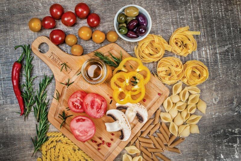 Mélangez les différentes pâtes et nouilles entières crues colorées de grain organique photo stock