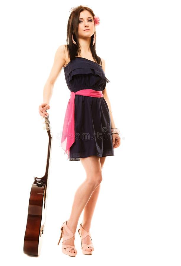 Download Mélomane, Fille D'été Avec La Guitare D'isolement Image stock - Image du pièce, latin: 45361463