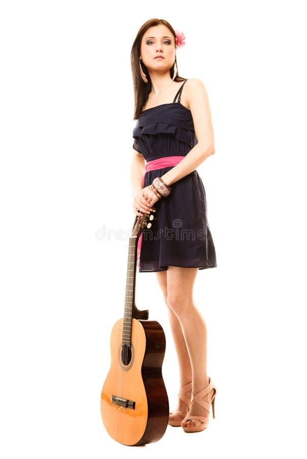 Download Mélomane, Fille D'été Avec La Guitare D'isolement Photo stock - Image du musicien, classique: 45361494