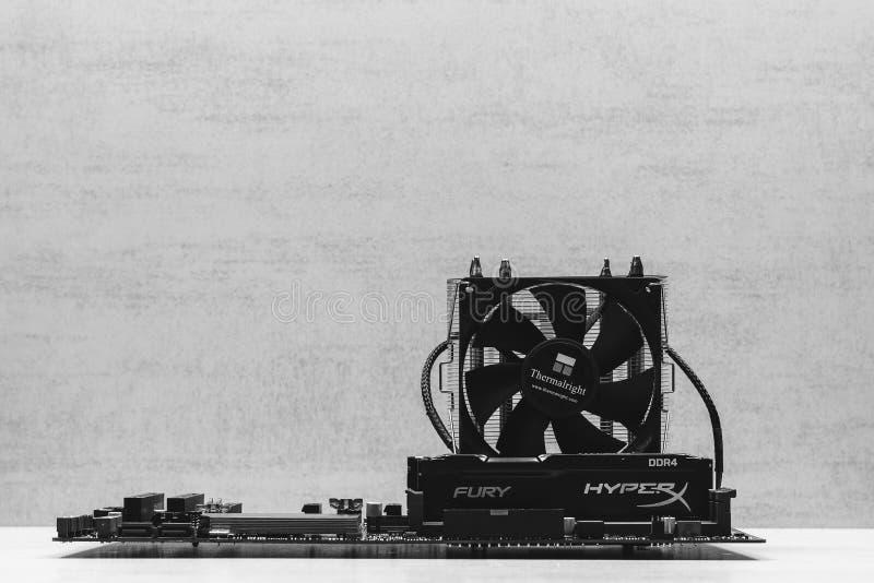 Mémoire noire RAM Module de fureur de la RDA 4 DIMM 16 gigaoctet Kingston HyperX dans la fente sur la carte mère Asus et le plan  image stock