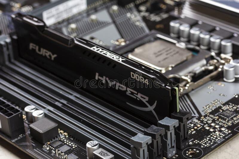Mémoire noire RAM Module de fureur de la RDA 4 DIMM 16 gigaoctet Kingston HyperX dans la fente sur le plan rapproché d'Asus de ca image stock