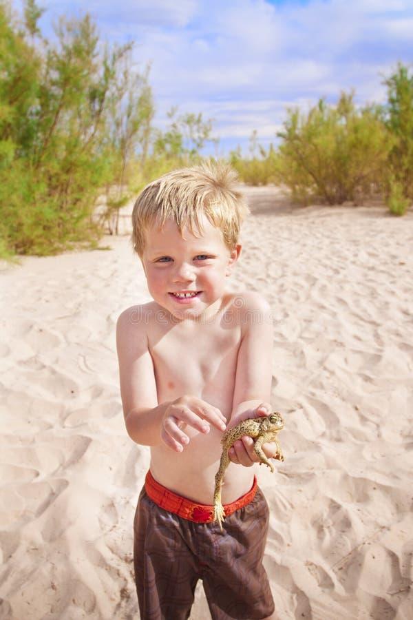 Mémoires d'enfance, garçon mignon avec la grenouille images stock