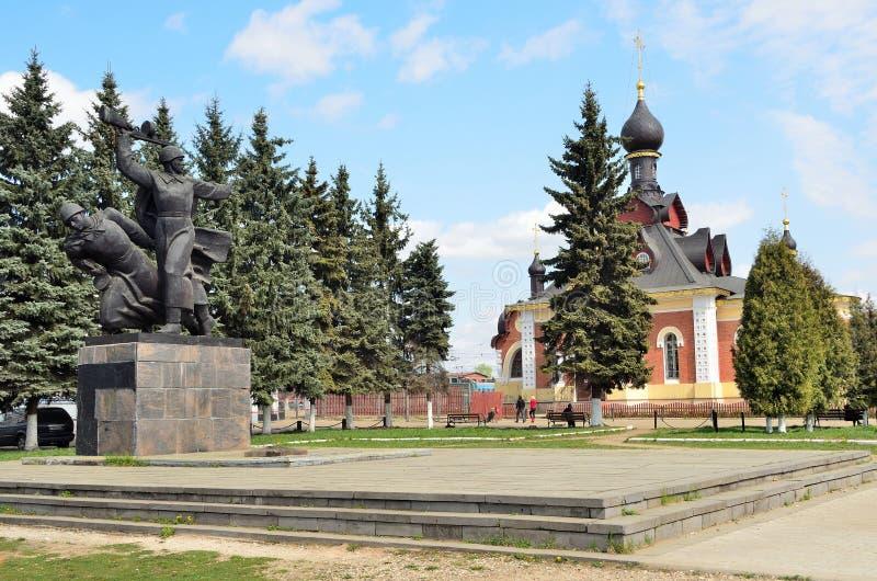 Mémorial à la mémoire du tombé dans la grande guerre patriotique et le séraphin de l'église de Sarov en Alexandrov, région de Vla photo stock