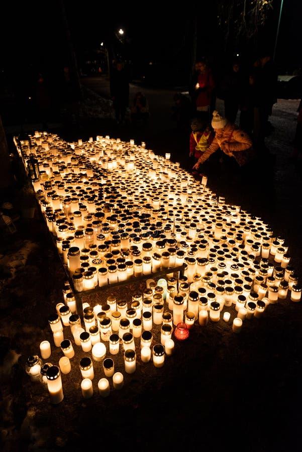 Mémorial avec des bougies sur le cimetière de Kalevankangas images libres de droits