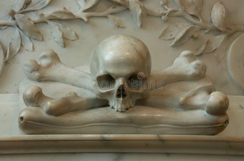 Mémorial avec des os de crâne et de croix photo stock
