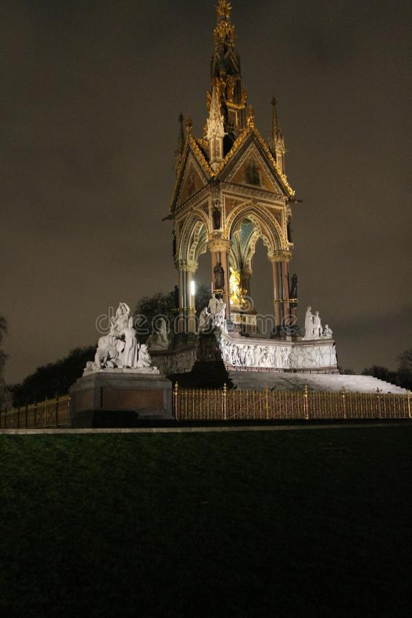 Mémorial d'Albert la nuit à Londres image stock
