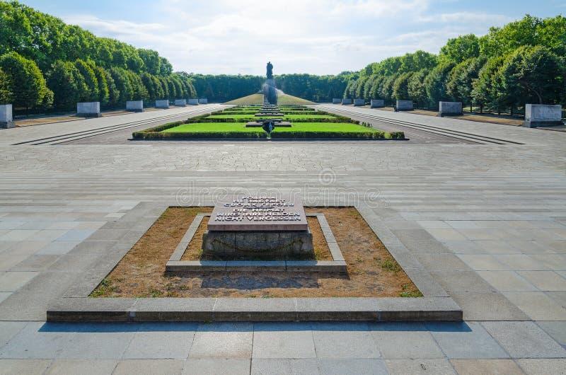 Mémorial de guerre soviétique en parc de Treptow, Guerrier-libérateur de monument, Berlin, Allemagne images stock