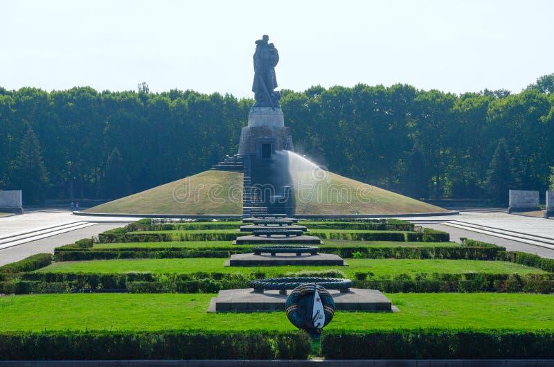 Mémorial de guerre soviétique, monument de libérateur de guerrier en parc de Treptow, Berlin, Allemagne photos stock