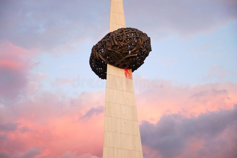 Mémorial de renaissance Memorialul Renasterii - partie supérieure, avec des couleurs surréalistes de coucher du soleil Ce monumen image stock