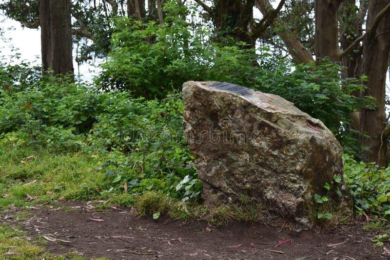Mémorial de roche de Greywacke avec la plaque sur Mt Davidson San Francisco, 4 photos stock