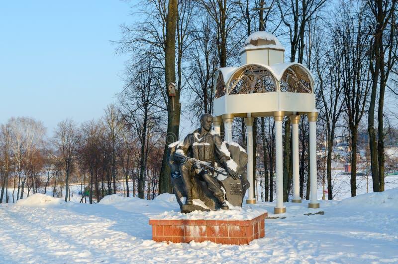 Mémorial en l'honneur des soldat-Afghans en parc de trois héros, paysage urbain d'hiver, Senno, région de Vitebsk, Belarus photo stock