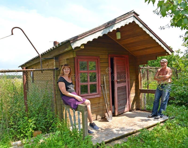 Ménages mariés au sujet d'un bain rural photos libres de droits