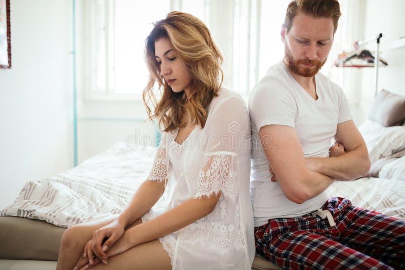 Ménages mariés malheureux sur le bord du divorce dû à l'impuissance image stock