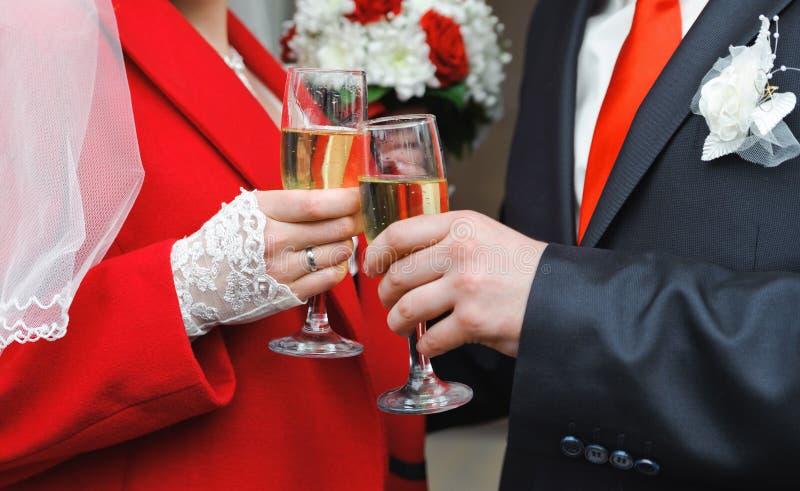 Ménages mariés nouvellement tenant le verre de vin dans mains photographie stock