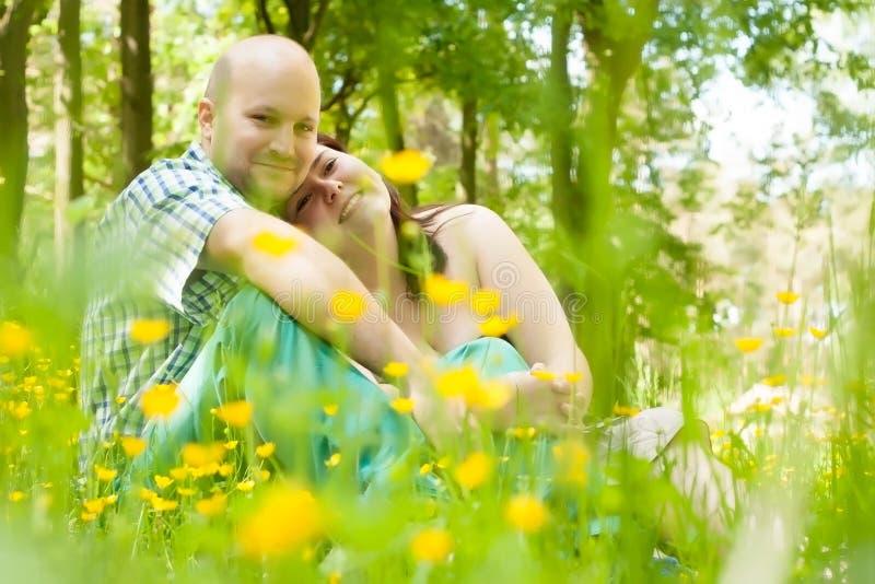 Ménages mariés par jeunes heureux photographie stock libre de droits