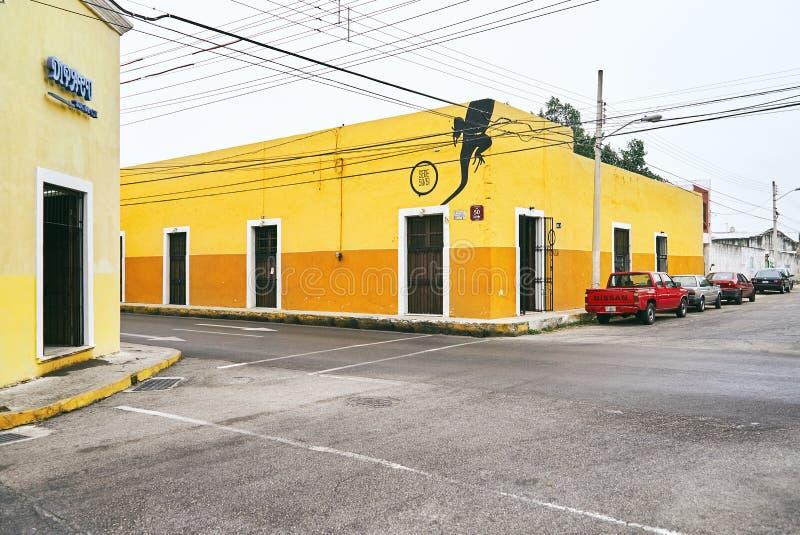 Mérida/Yucatan, Mexiko - 1. Juni 2015: Die Verkehrsecke mit buntem gelbem Gebäude im Hintergrund in der Stadt von Merdia, Yuc stockfotos