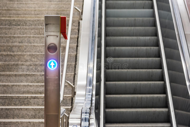 Métal bleu Conveyo de station de train électrique d'escaliers d'escalator de flèche photographie stock