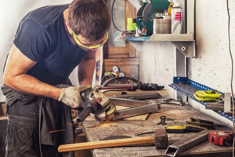 Métal de broyeur d'homme une broyeur d'angle photographie stock libre de droits