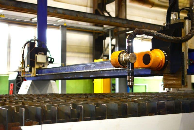 Métal de laser de fibre coupant la machine automatisée photographie stock