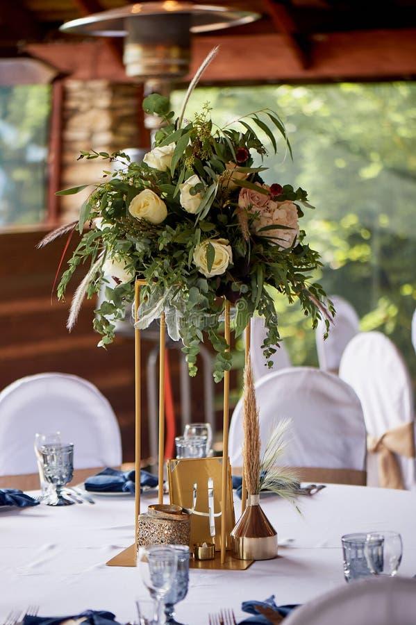 Métal de support légèrement avec l'arrangement floral Et nombre de table ?pouser floristry photos stock